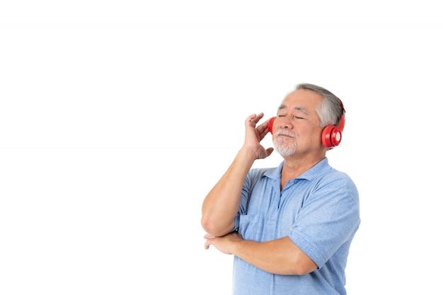 Il tatto dell'uomo senior di stile di vita felice gode di di ascoltare con le cuffie delle cuffie su fondo bianco