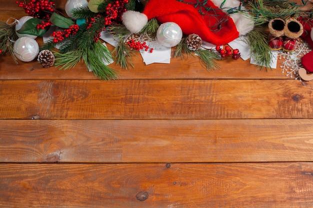 Il tavolo in legno con decorazioni natalizie con copia spazio per il testo. concetto di mockup di natale