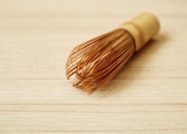 Il tè di bambù frusta per matcha sul tavolo di legno