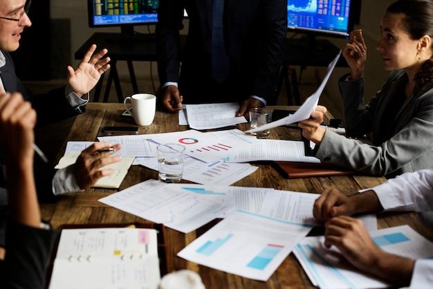 Il team aziendale lavora sulla pianificazione della strategia