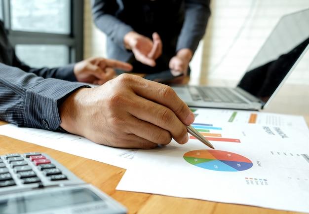 Il team del personale di ufficio è un brainstorming sull'analisi del lavoro.