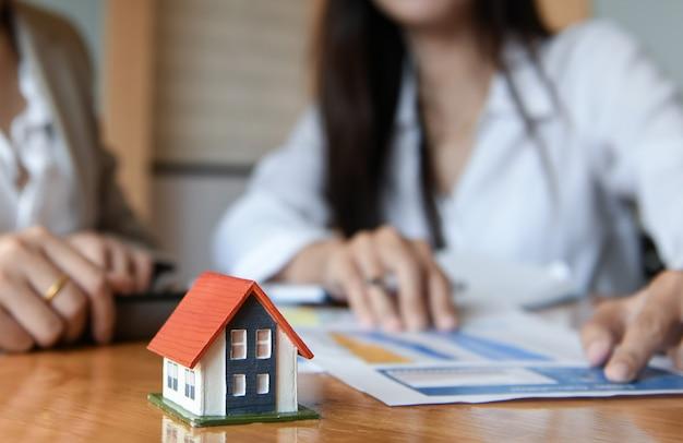Il team di vendita a domicilio sta progettando di raggiungere l'obiettivo.