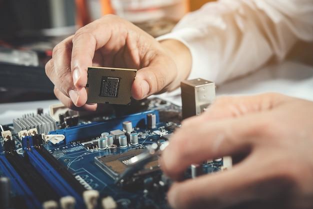 Il tecnico che ripara il computer, l'hardware del computer, la riparazione, l'aggiornamento e la tecnologia