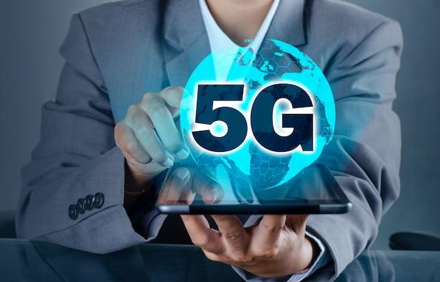 Il telefono 5g earth businessman si connette in tutto il mondo