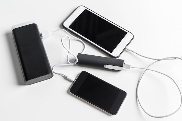Il telefono cellulare si connette al caricabatterie