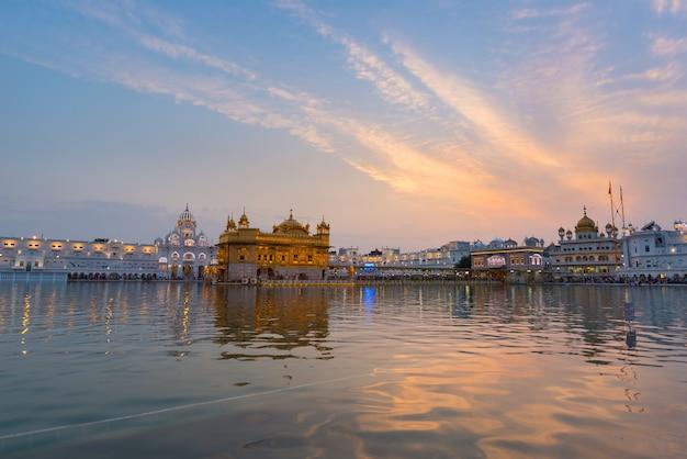 Il tempio d'oro di amritsar, punjab, india, l'icona più sacra e luogo di culto della religione sikh