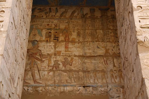 Il tempio di medinet habu a luxor, in egitto