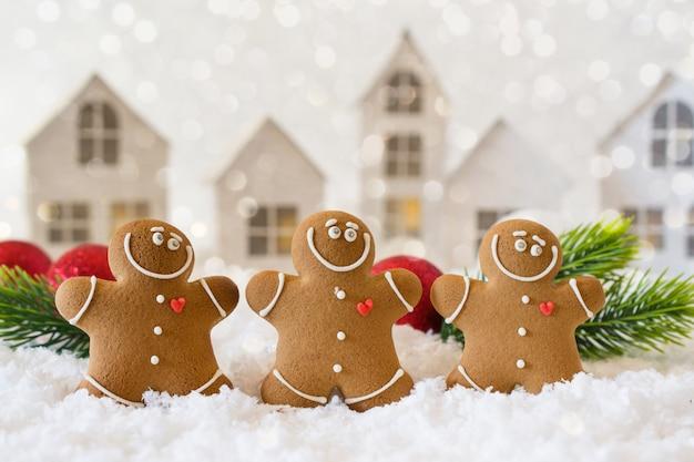 Il tempo di chill out felice, il gruppo di biscotti sorridenti degli uomini di pan di zenzero celebra la festa di natale e capodanno. modello di magia e fiaba, cartolina d'auguri