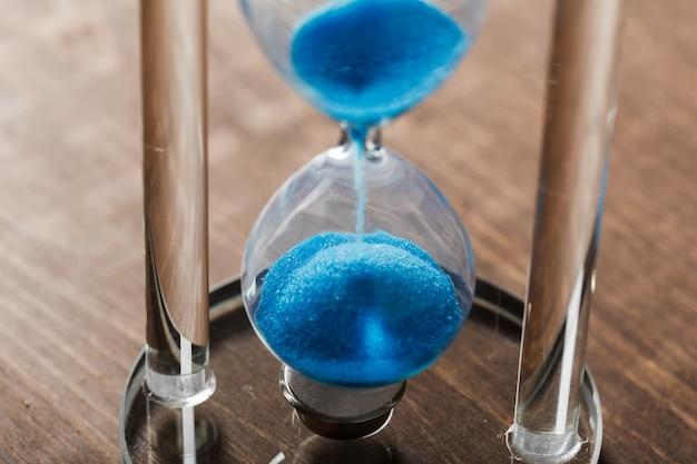 Il tempo sta passando clessidra blu da vicino