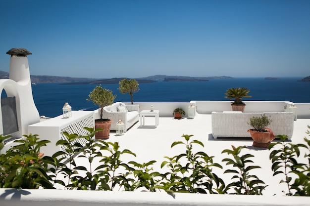 Il terrazzo di vista sul mare presso l'hotel di lusso sull'isola di santorini, in grecia