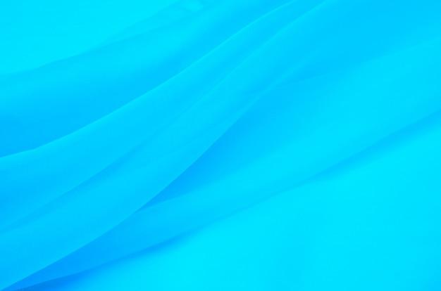 Il tessuto di seta in organza è di colore azzurro.