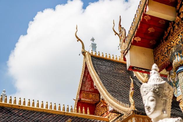 Il tetto del tempio nero ha un filo di architettura di lanna e statue di angeli intorno.