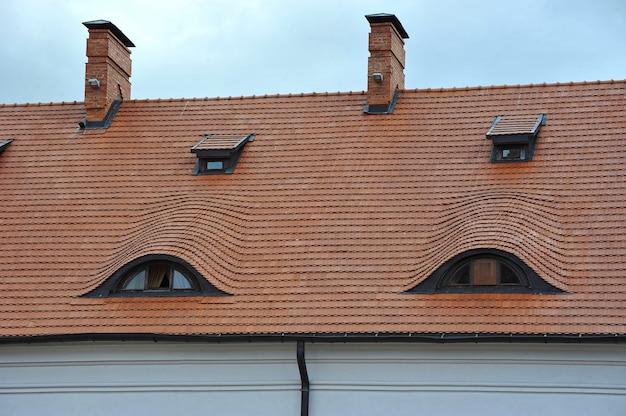 Il tetto di tegole del castello con windows