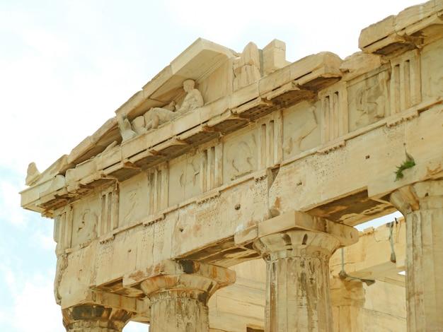 Il timpano del partenone antico tempio greco sull'acropoli di atene, in grecia