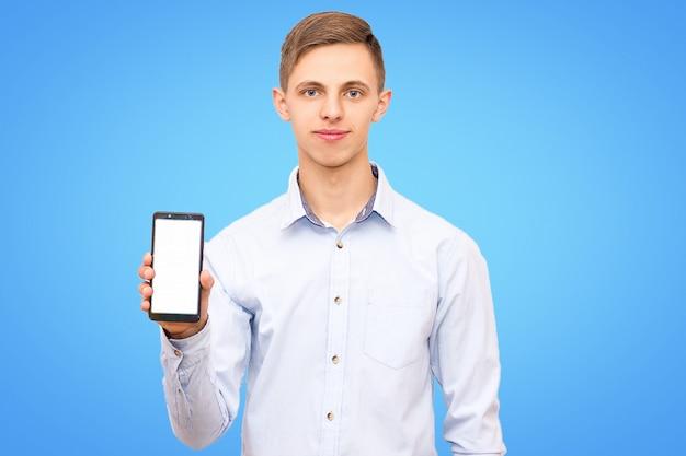 Il tirante che porta la camicia blu annuncia il telefono isolato su fondo blu.