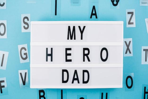 Il titolo del mio eroe papà sul tablet vicino alle lettere
