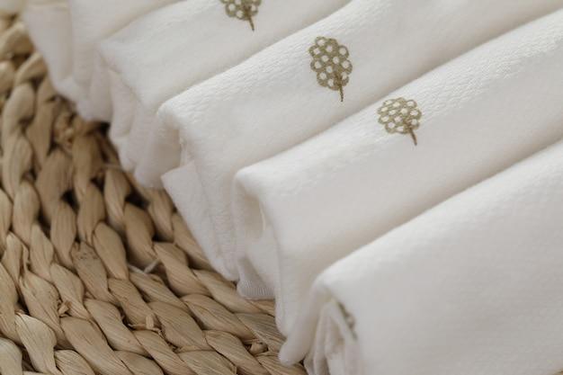 Il tovagliolo bianco in bianco del ristorante deride su, isolato. modello di design di mockup di asciugamano tessile piegato chiaro. identità di identità del marchio cafe per la progettazione di logotipi. asciugamano in tessuto per cucina in cotone.