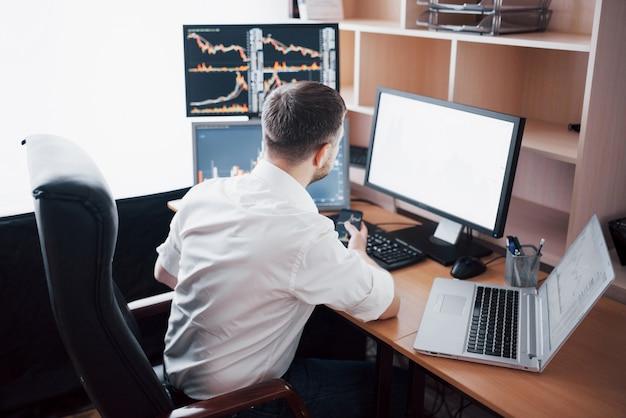 Il trading di investimenti da uomo d'affari fa questo affare in borsa. le persone che lavorano in ufficio