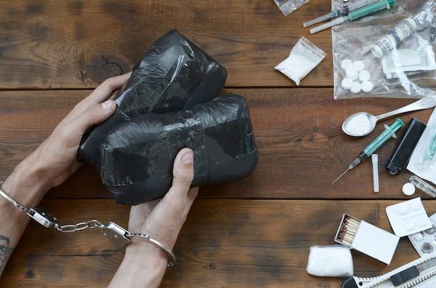Il trafficante di droga arrestato con i loro pacchetti di eroina