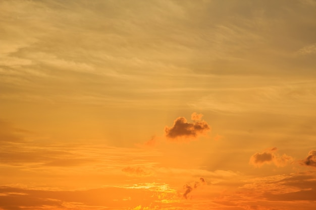 Il tramonto con le nuvole il cielo è in bello drammatico