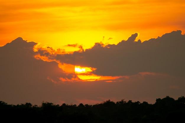 Il tramonto è dietro le nuvole.