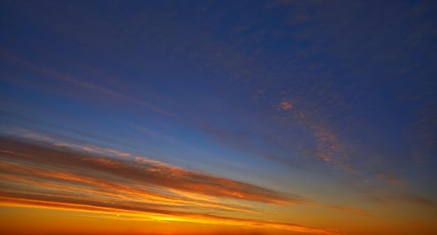 Il tramonto si appanna il cielo in arancio ed in blu