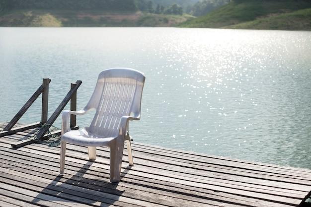 Il tranquillo silenzio bianco viaggio di legno del lago