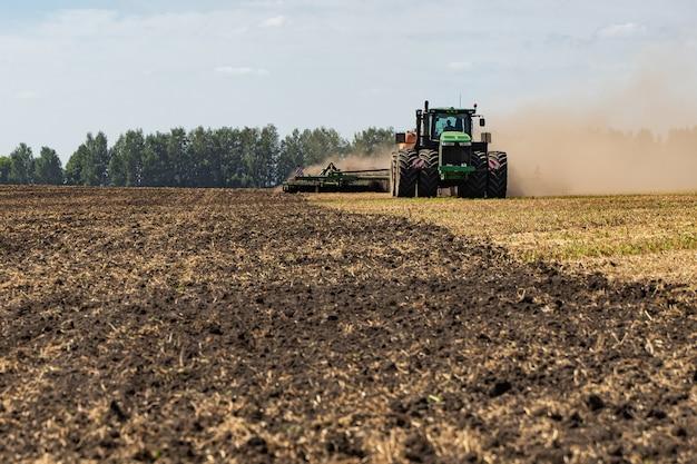 Il trattore ara la terra.