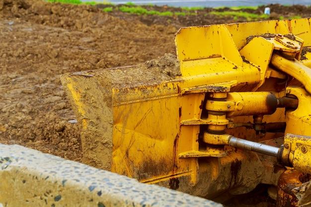 Il trattore o bulldozer sul cantiere