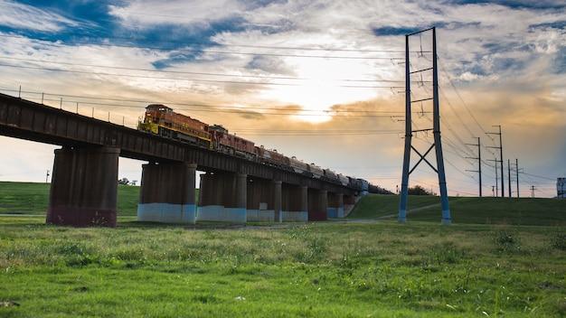 Il treno corre in città