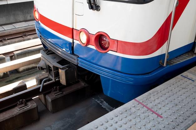 Il treno elettrico guida alla stazione.