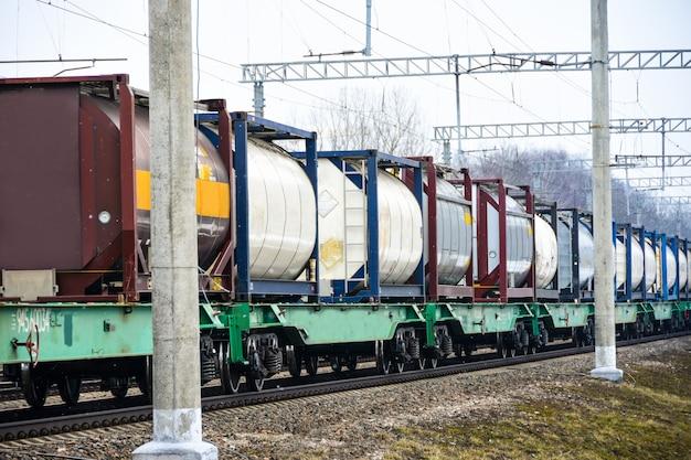 Il treno merci viaggia lungo i binari della ferrovia