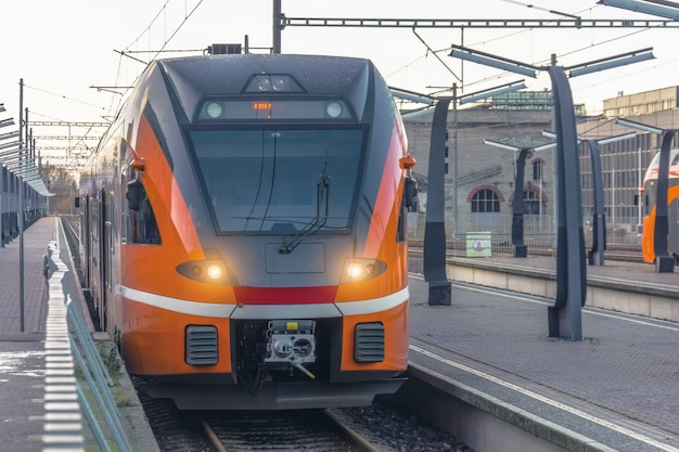 Il treno passeggeri suburbano arriva alla stazione principale della città.