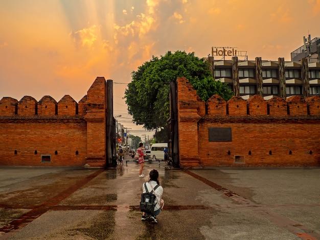 Il turismo viaggia intorno a thapae gate, thapae gate nella zona della città vecchia di chiang mai.