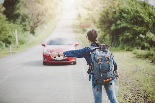 Il turista femminile felice a viaggiare d'ondeggiamento del bus durante la vacanza concetto di viaggio.