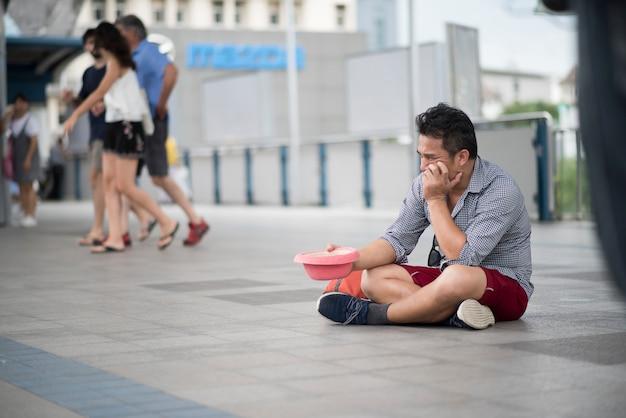 Il turista ha perso i soldi che elemosinano i soldi sulla via