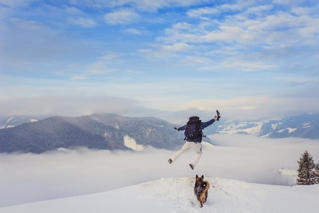 Il turista salta giù dalla montagna