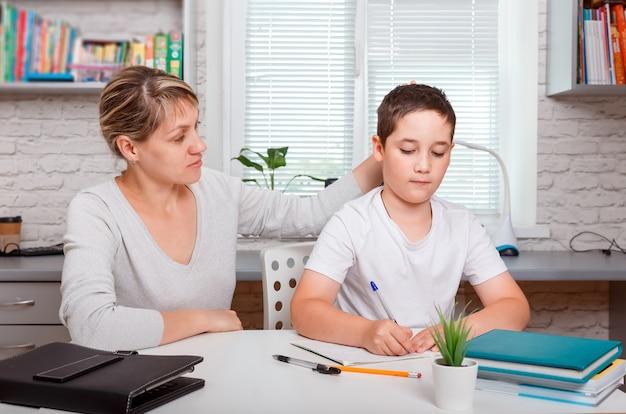 Il tutor è impegnato con il bambino, insegna a scrivere e contare