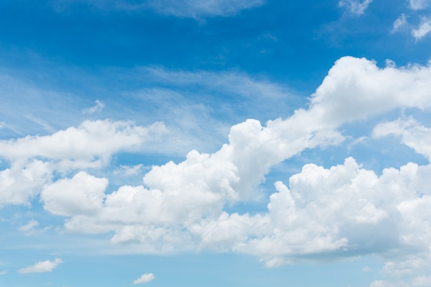 Il vasto cielo blu e nuvole cielo. sfondo del cielo blu