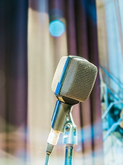 Il vecchio microfono in attesa dello spettacolo dal vivo del cantante nel teatro antico.