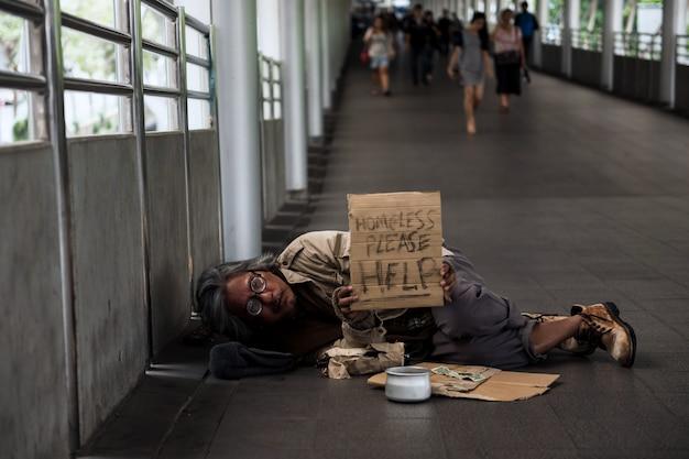 Il vecchio senzatetto ha bisogno di aiuto durante il covid-19