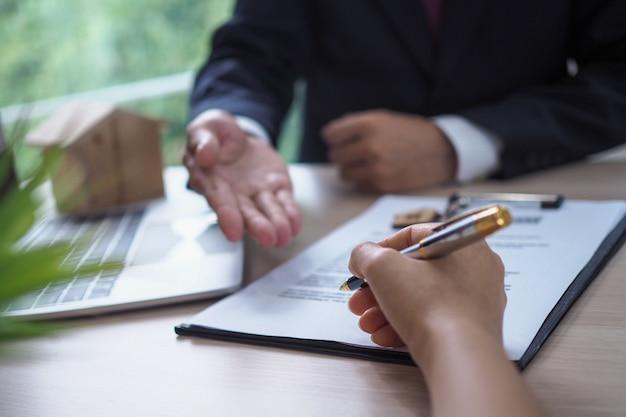 Il venditore ha spiegato i documenti legali del proprietario e ha firmato il riconoscimento.