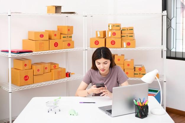 Il venditore prepara la scatola di consegna per il cliente