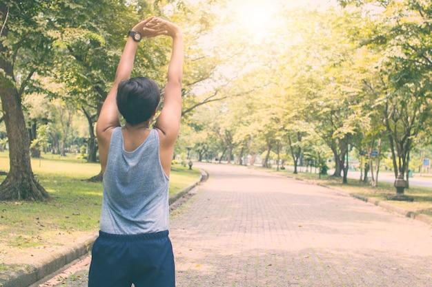 Il verme dell'uomo di sport su, risolve e correndo il concetto di esercizio