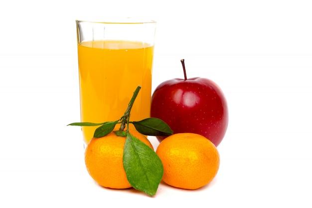 Il vetro di succo fresco con i mandarini e la mela fruttifica su fondo bianco