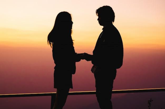 Il viaggiatore di coppia ha un momento romantico sullo sfondo di vacanza è vista della natura sulla montagna.