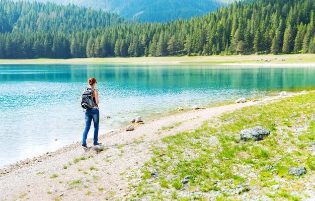 Il viaggiatore sta camminando sulla costa del lago
