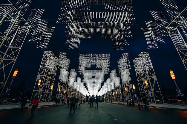 Il vicolo principale di vdnkh decorato con luci di natale la notte prima del nuovo anno, mosca