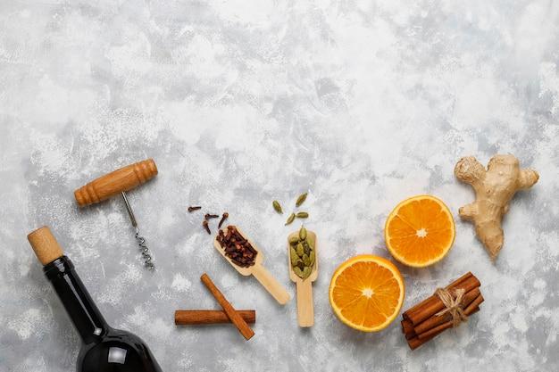 Il vin brulè glintwine è servito in bicchieri per la tavola di natale con arancia e spezie