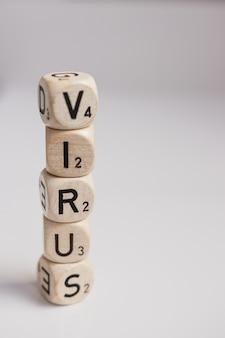 Il virus scrive con lettere di dadi. copia spazio.